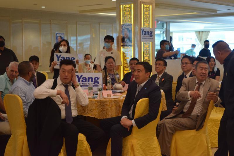 上百名支持杨安泽的华人5日聚集在布碌仑,举行「团结感恩造势大会」。(记者颜洁恩/摄影)