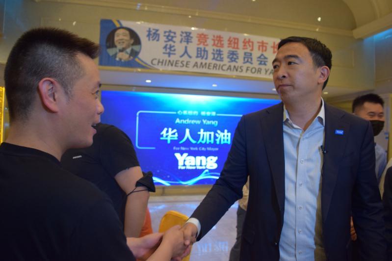 杨安泽走到每一张桌子边,与支持者握手道谢。(记者颜洁恩/摄影)