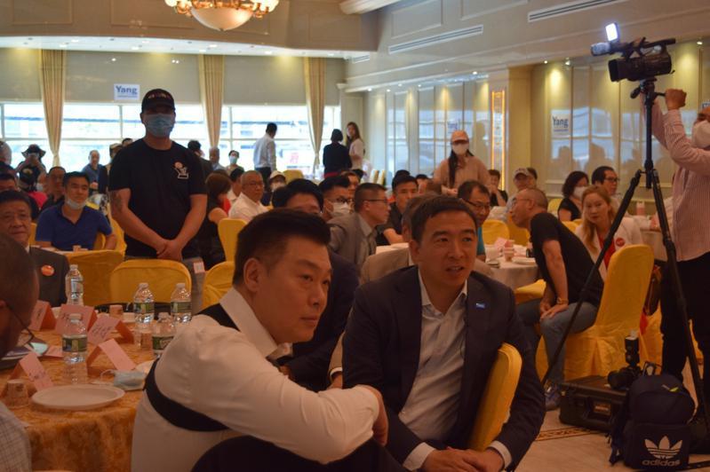 上百名支持杨安泽的华人5日聚集在布碌仑,举行「团结感恩造势大会」。(记者颜洁恩/...