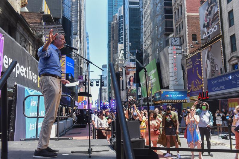 市长白思豪宣布,本月起大型演出全面向完全接种者开放。(市长办公室提供)
