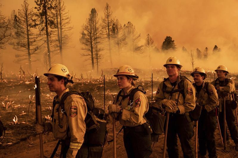 加州森林救火人員連日出動,在盧默斯縣國家森林區 「貝克沃斯複合山火」救火。(美聯...