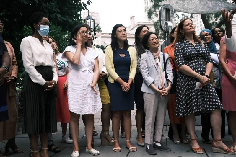 非�I利�M�21 in '21於13日在曼哈�D的市�h��公�@�榕�性�⑦x人�e�k�c祝�x式,�S敏�x(前排左三)、�倩雯(前左四)等出席。(Getty Images)