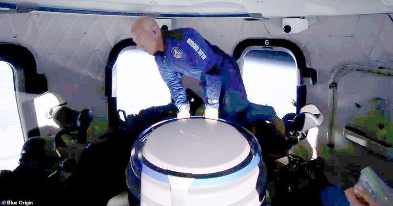 貝佐斯搭乘火箭,20日升空進入地球離地表約66哩處,並在太空艙內體驗無重力漂浮。...