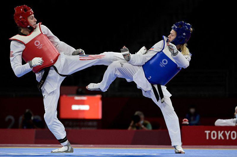 來自佛州的安娜斯塔西亞‧索歐洛提克(左),年僅18歲,25日東奧羽量級跆拳道項目...