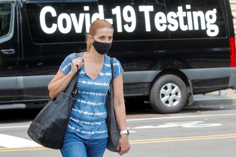 目前疫情往錯誤的方向發展,令人非常沮喪。政府正考慮是否恢復強制戴口罩要求,包括已...