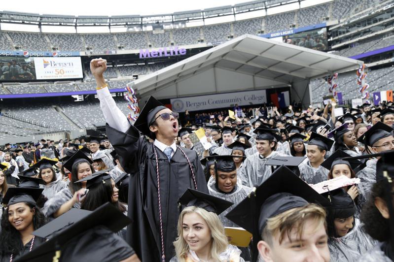 由於專業實用,許多學生一畢業就找到工作。(美聯社)