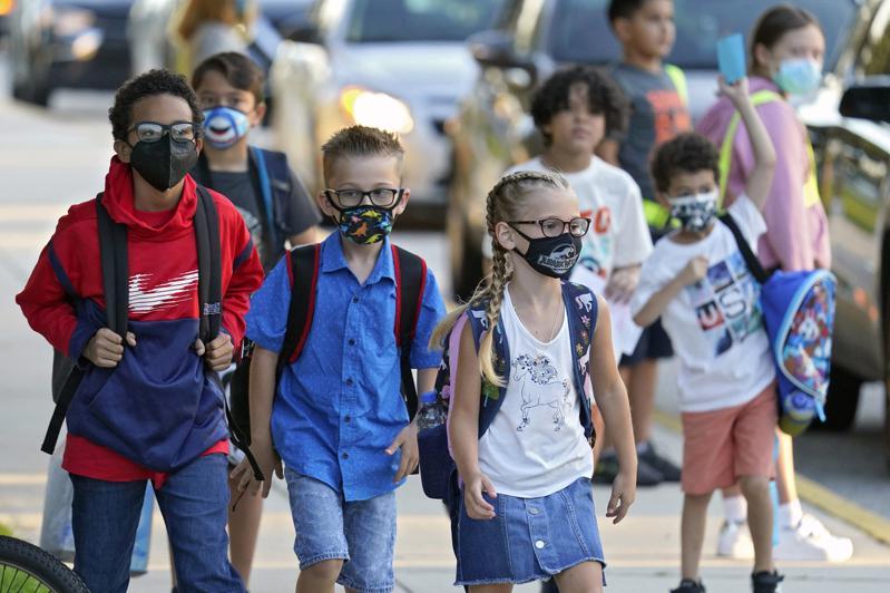 全美已陸續開學,FDA前局長高特里布透露,10月底可能批准12歲以下兒童接種新冠...