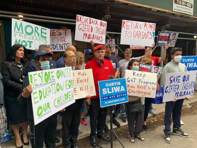 白思豪宣布取消资优班,黄友兴(左二)、史里华(红衣者)集会抗议。(记者张晨/摄影)