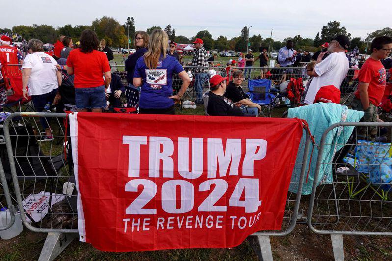 川普9日到愛阿華州造勢,他的支持者掛出「復仇之旅」標語,促他再戰2024。(Ge...
