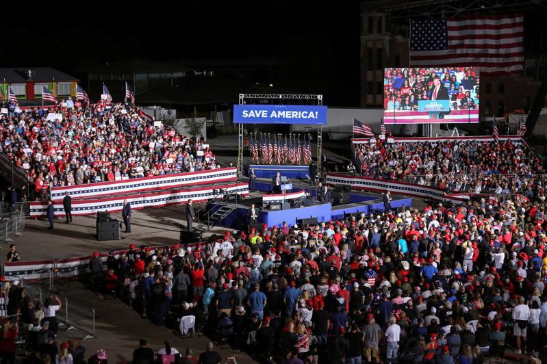 川普9日在愛阿華州造勢,為2024大選試水溫。(路透)