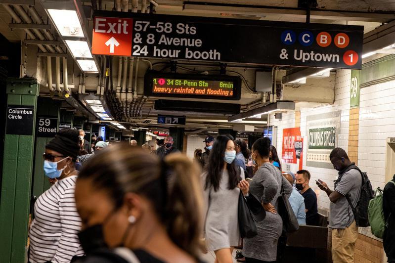 市主计长日前公布报告表示,新冠疫情已经让地铁高峰时段由疫情前传统的上下班时段变为「全天候」高峰。(路透)
