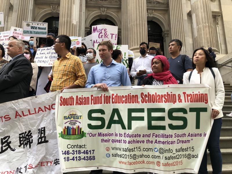 近百名家长、民选官员12日在市教育局前抗议。(记者颜嘉莹/摄影)