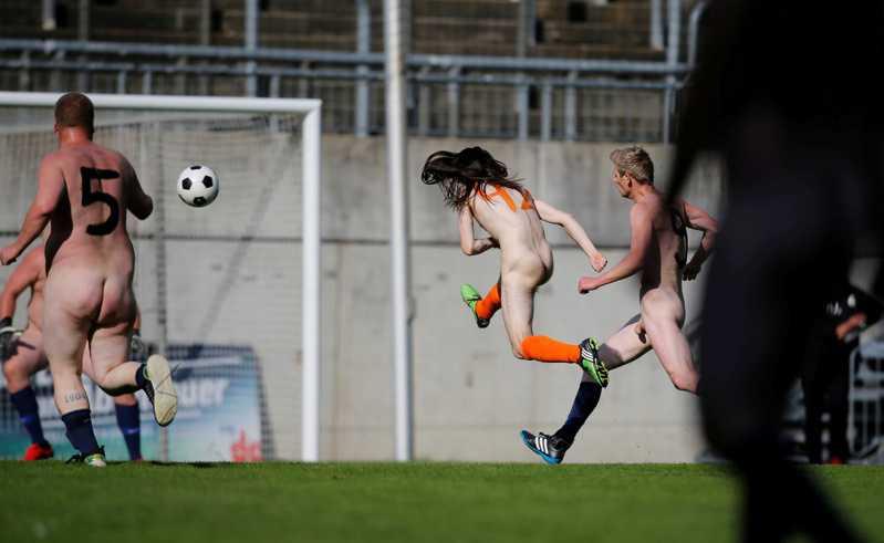 球员裸体在场上较劲,飞身射门。(路透)