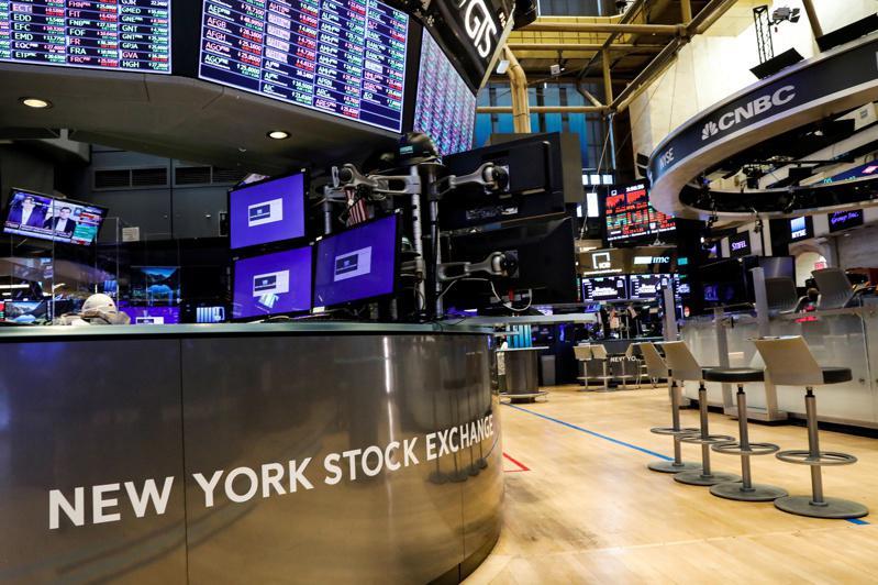在多重利空打击下,美股道琼工业指数早盘大跌逾600点。路透