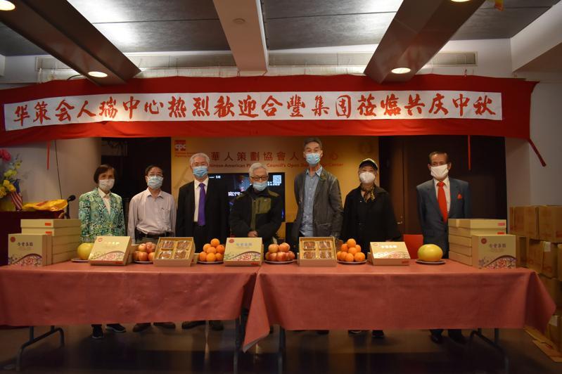 合丰集团赠510盒月饼给人瑞中心。(记者颜嘉莹/摄影)