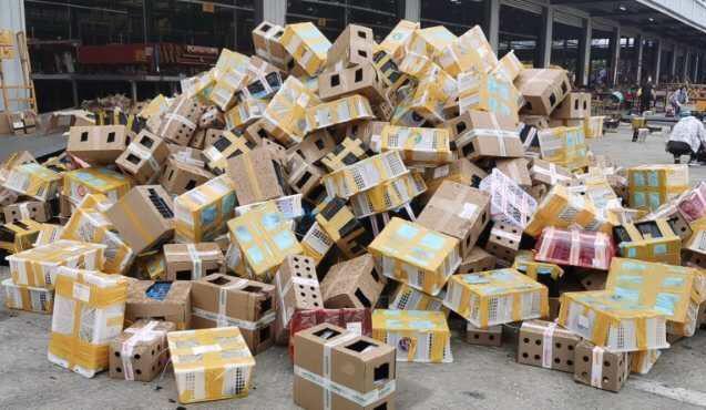 物流園內大量的動物快遞盒。取材自澎湃新聞