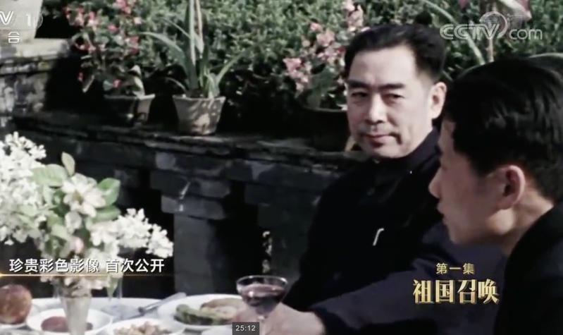 毛岸英(右一)1946年从苏联返回中国后,负责中苏交往中的翻译工作。(截图自央视...