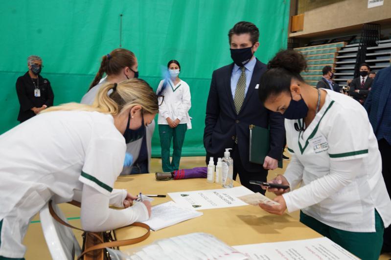 马拉特拉斯表示,SUNY要求所有预计离开学校回家过感恩节的学生提前接受新冠病毒检测。(取自马拉特拉斯推特)