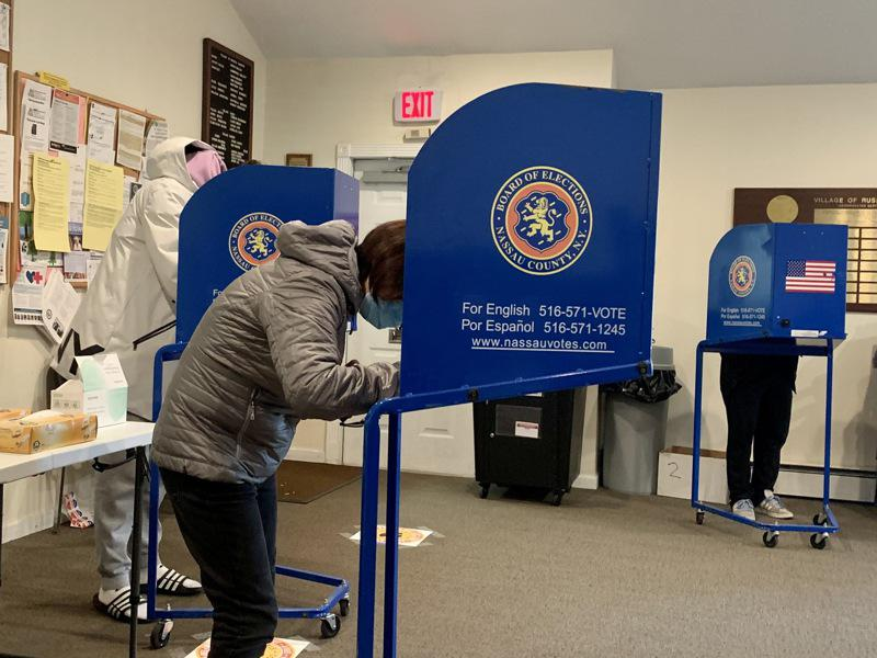 3日在长岛大颈的投票站,选民投票秩序井然。(记者曹健�u摄影)