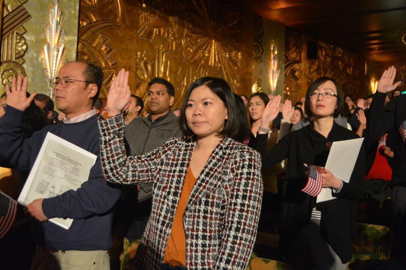 川普政府在選後加速推動各項限制移民措施。圖為華人參加入籍儀式。(本報檔案照/記者...