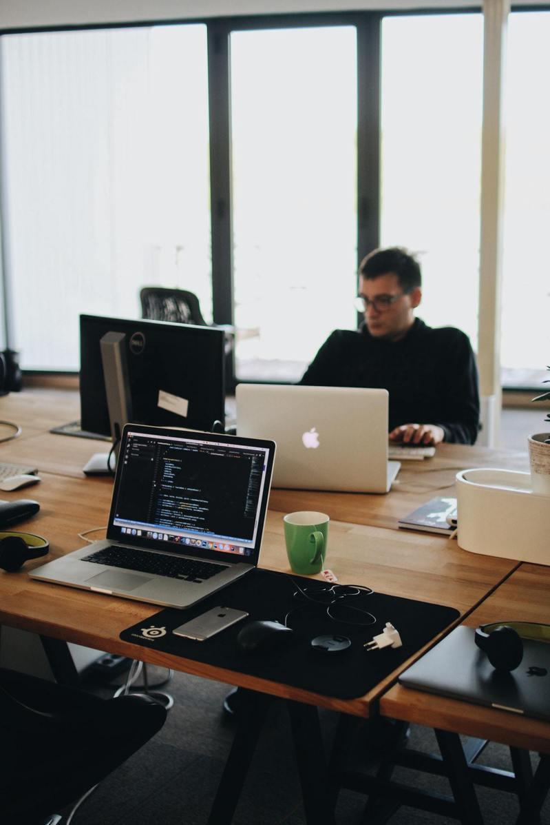 上班時間不努力做好份內的事情,利用加班才埋頭苦幹。 取材自pexels