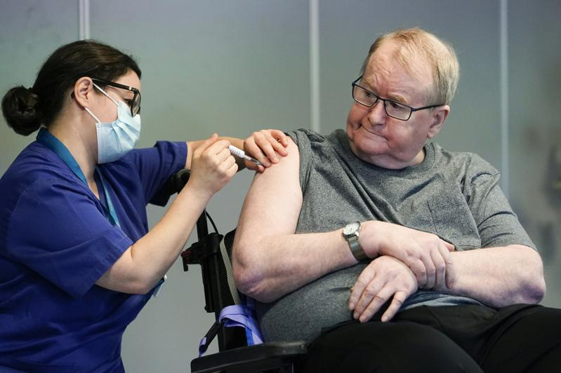 挪威約2萬名安養中心長者接種輝瑞和BioNTech的第一劑疫苗後,有33人死亡,引發各界不安。但科學家表示,目前為止沒有證據顯示,這些死亡案例和接種疫苗有關。圖為去年12月挪威第一位接種疫苗的民眾。美聯社