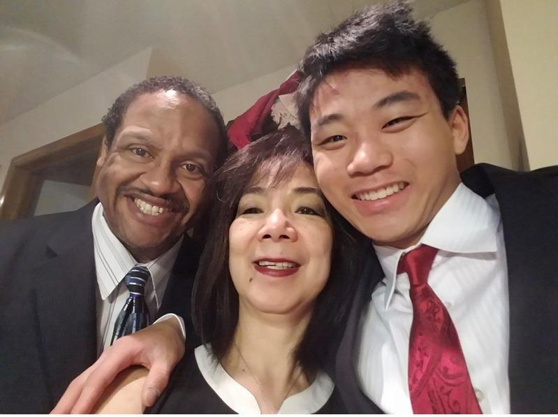 陈智博(右一)去年底寻死时被州警枪杀,家人近日提告联邦政府,并要求州检察长彻查此...
