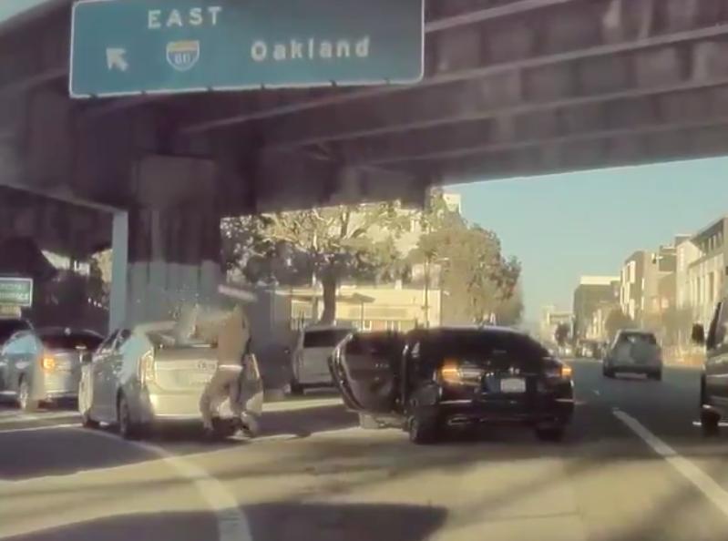 旧金山马路上,车流在行进中也发生了砸车抢劫案,引起震惊。(视频截屏)