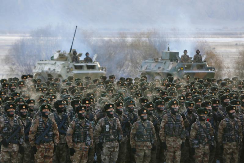 圖為今年1月解放軍在新疆演習。(美聯社)