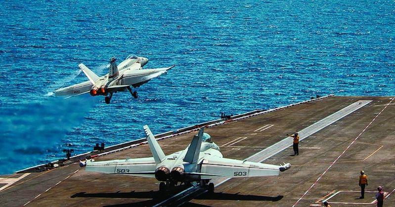 """罗斯福号航空母舰已进入南中国海,""""超级大黄蜂""""战斗机昨天从该舰的甲板上起飞。  (取自美国海军..."""