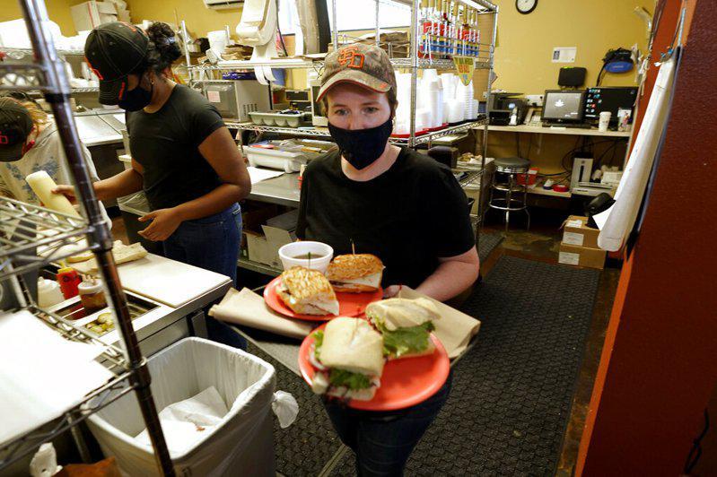 加州最近新增工作大半來自餐飲和旅遊業。(美聯社)