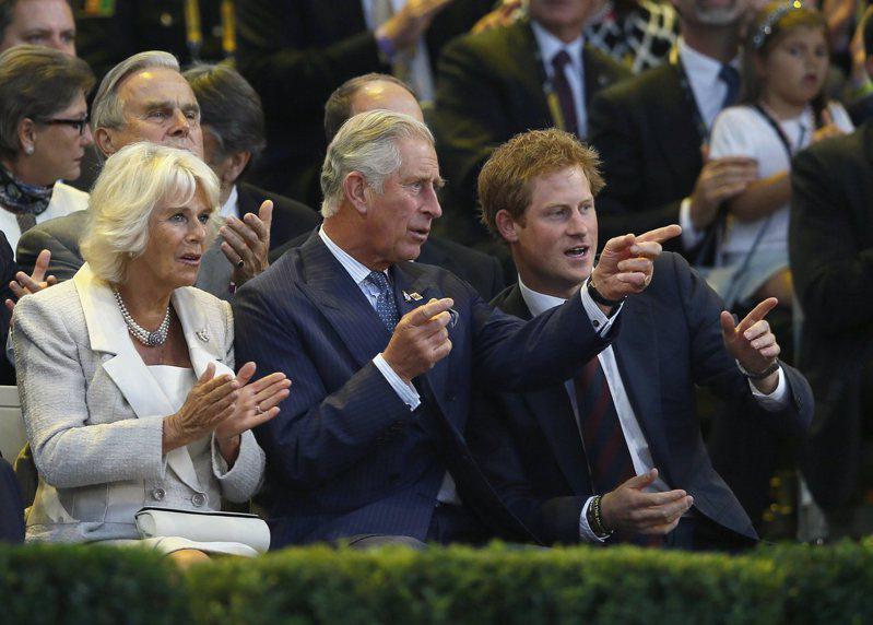 查尔斯王子(中)被传有意趁儿子哈利(右)还在英国时找机会相处。图/路透数据照片