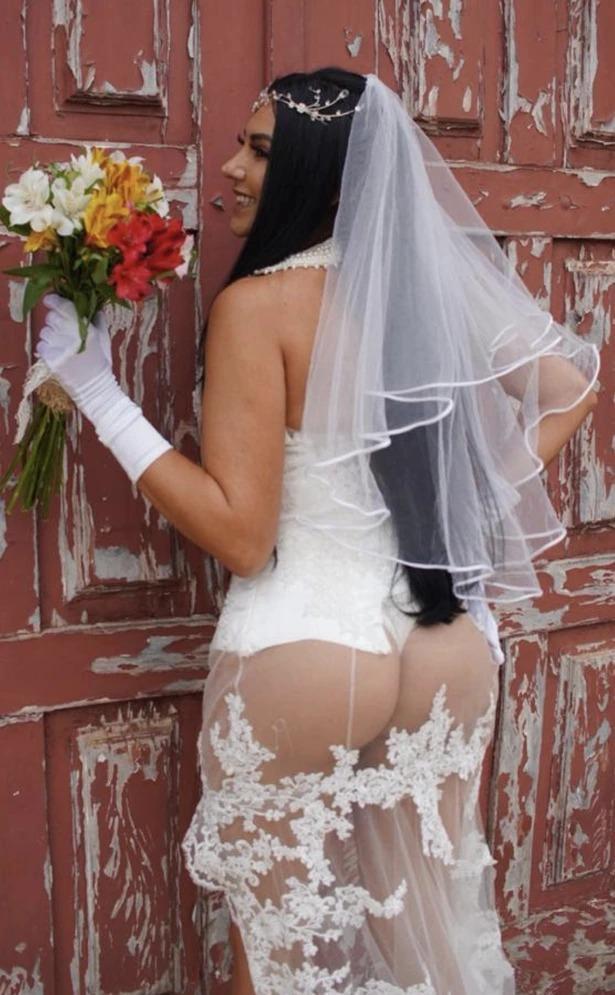 克里尔穿着透视婚纱,表示要让自己的婚礼成为一个里程碑。取材自《每日星报》