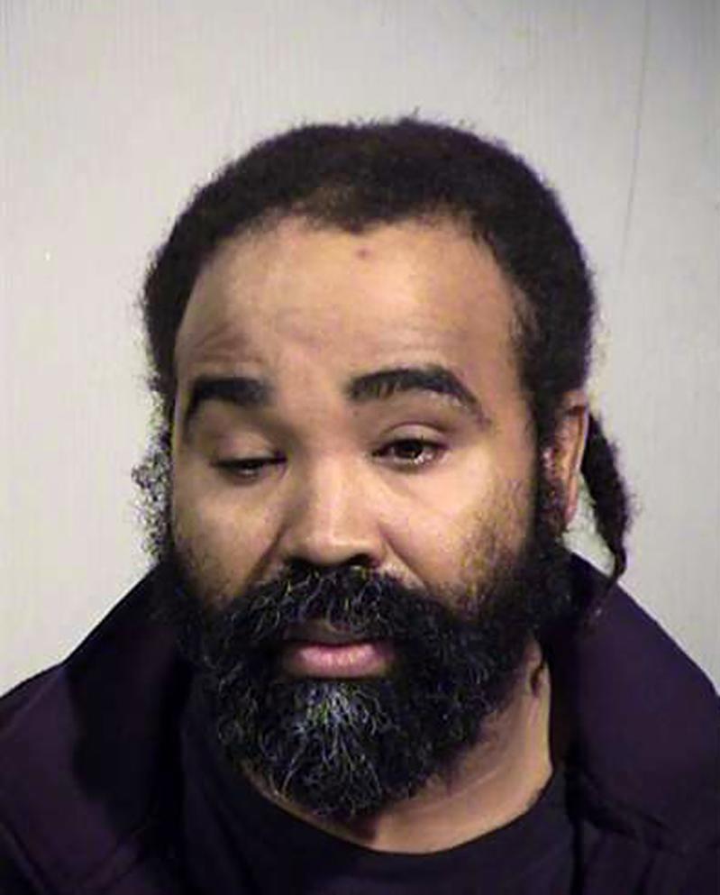 亞利桑納州鳳凰城哈仙達照護中心護士薩德蘭被控性侵,警方提出薩德蘭的DNA證據;薩...