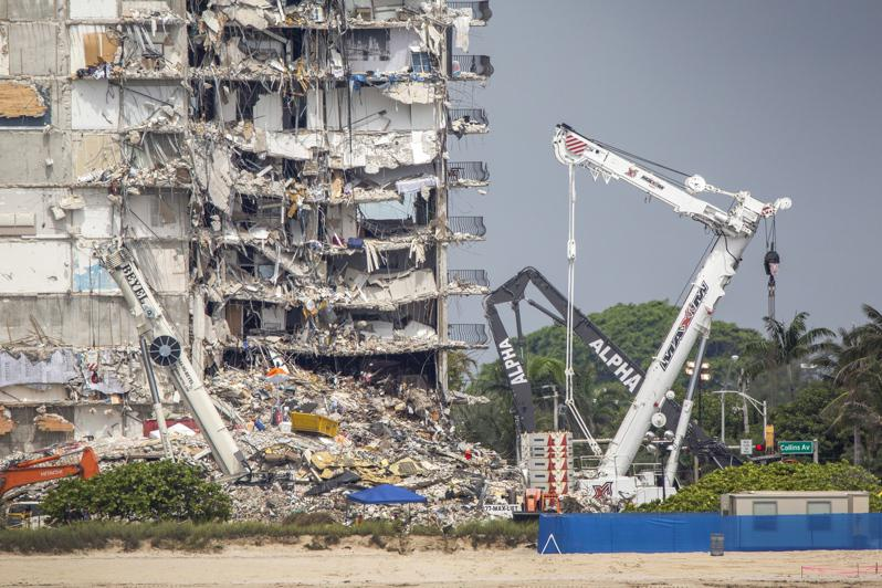邁阿密郊區「尚普蘭大廈南棟康斗公寓」,當局擬拆除倒塌樓宇的剩餘結構。(歐新社)