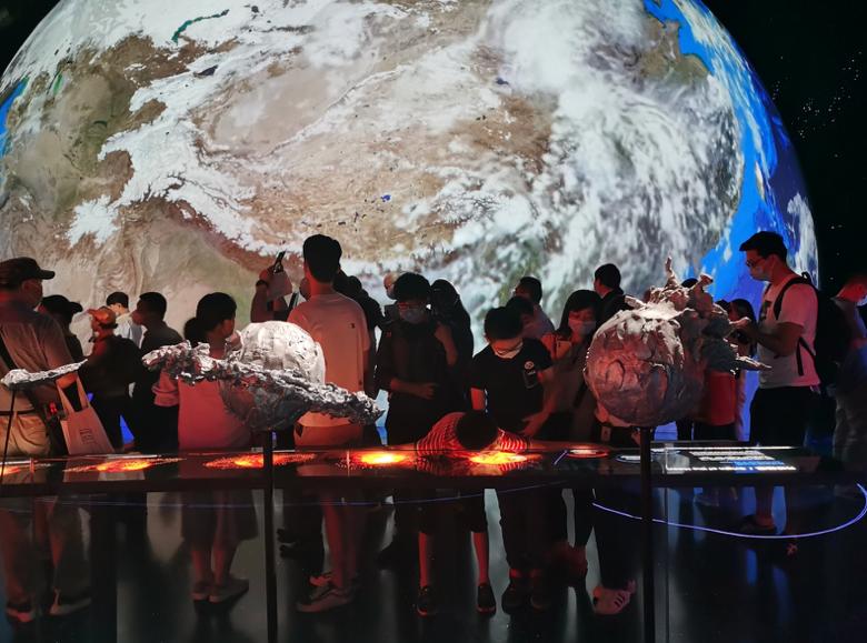 游客在上海天文馆内将如同置身宇宙之中。 (香港文汇网)