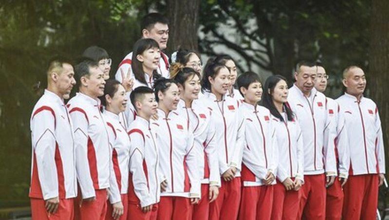 中国篮协主席姚明带队中国女篮赴东京奥运,在媒体曝光的画面中,网友惊呼,「姚明是不...