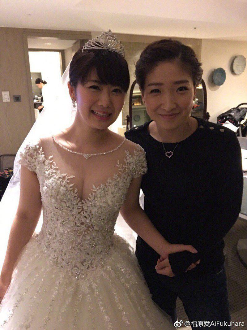 福原爱(左)当年邀请闺密刘诗雯担任伴娘。图/摘自微博