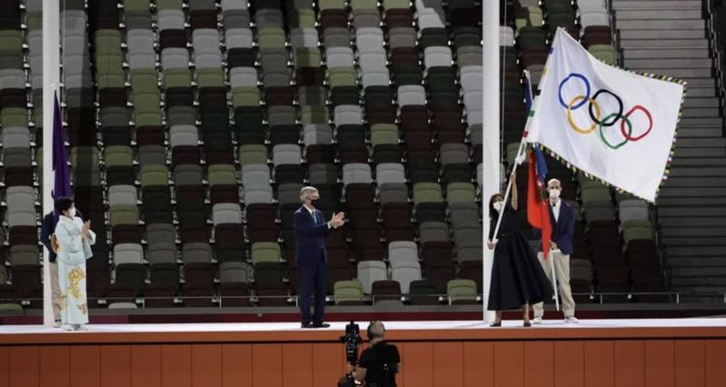 东京奥运闭幕式上,将会旗交接给下届巴黎市长。图/体育署提供