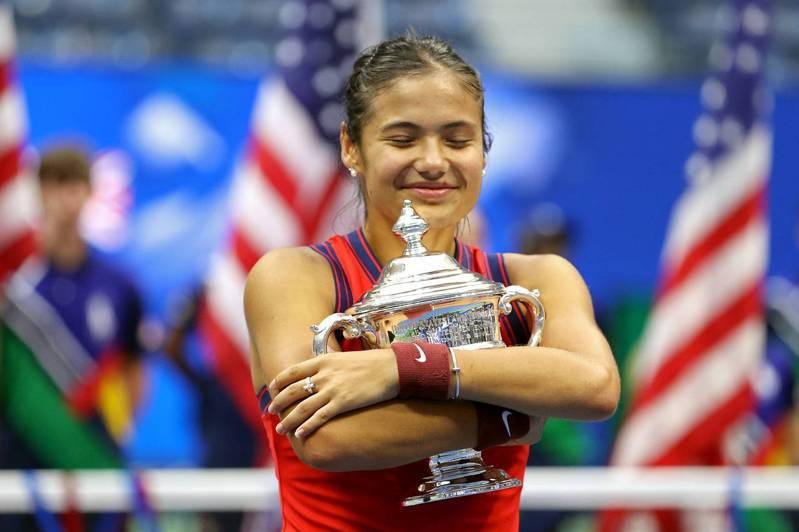 瑞度卡努在美國網球公開賽贏得后冠,開心的抱緊獎盃。(Getty Images)