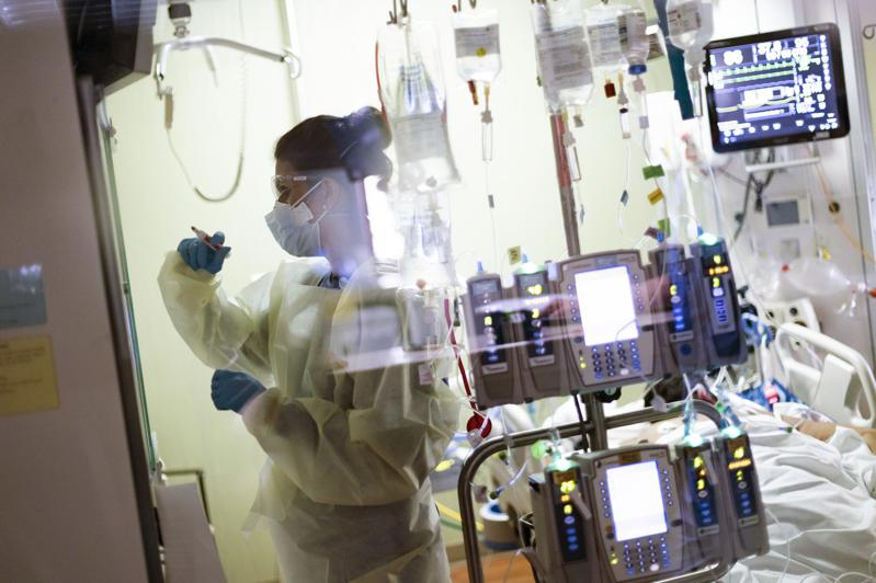 爱达荷州波夕市(Boise)一家医院的重症监护室,医护正在照顾新冠病人。(美联社)