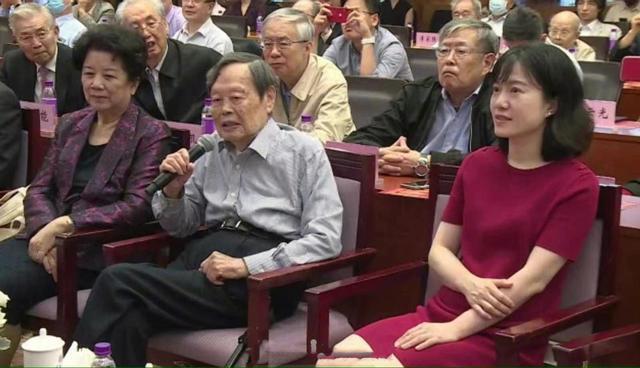 中國科學院院士楊振寧22日參加在北京清華大學舉行慶祝他百歲華誕的「楊振寧學術思想研討會」,他的妻子翁帆當天出席穿著一襲紅色洋裝仍氣質出眾。(圖/取自中國自媒體)