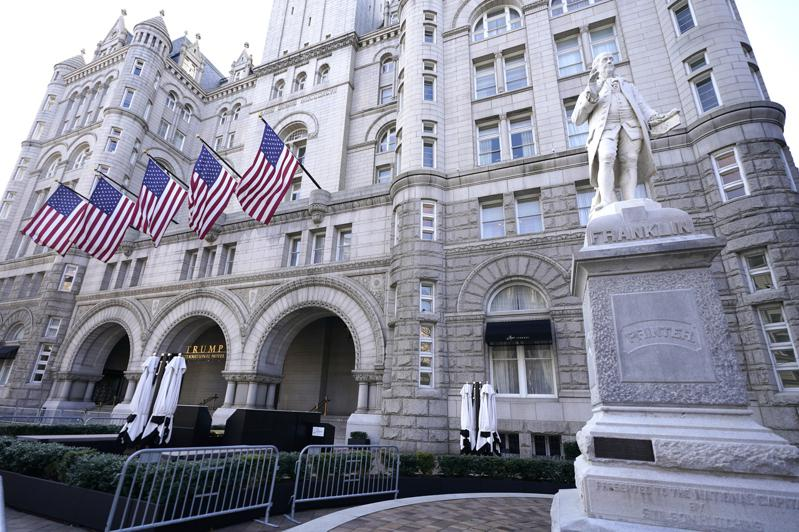 图为距离白宫只有五条街的川普国际饭店。(美联社)